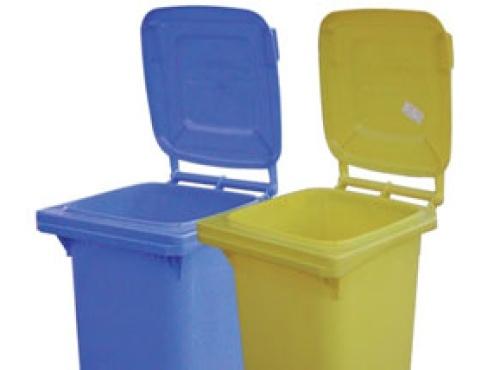 Fotografija žutih i plavih spremnika za otpad